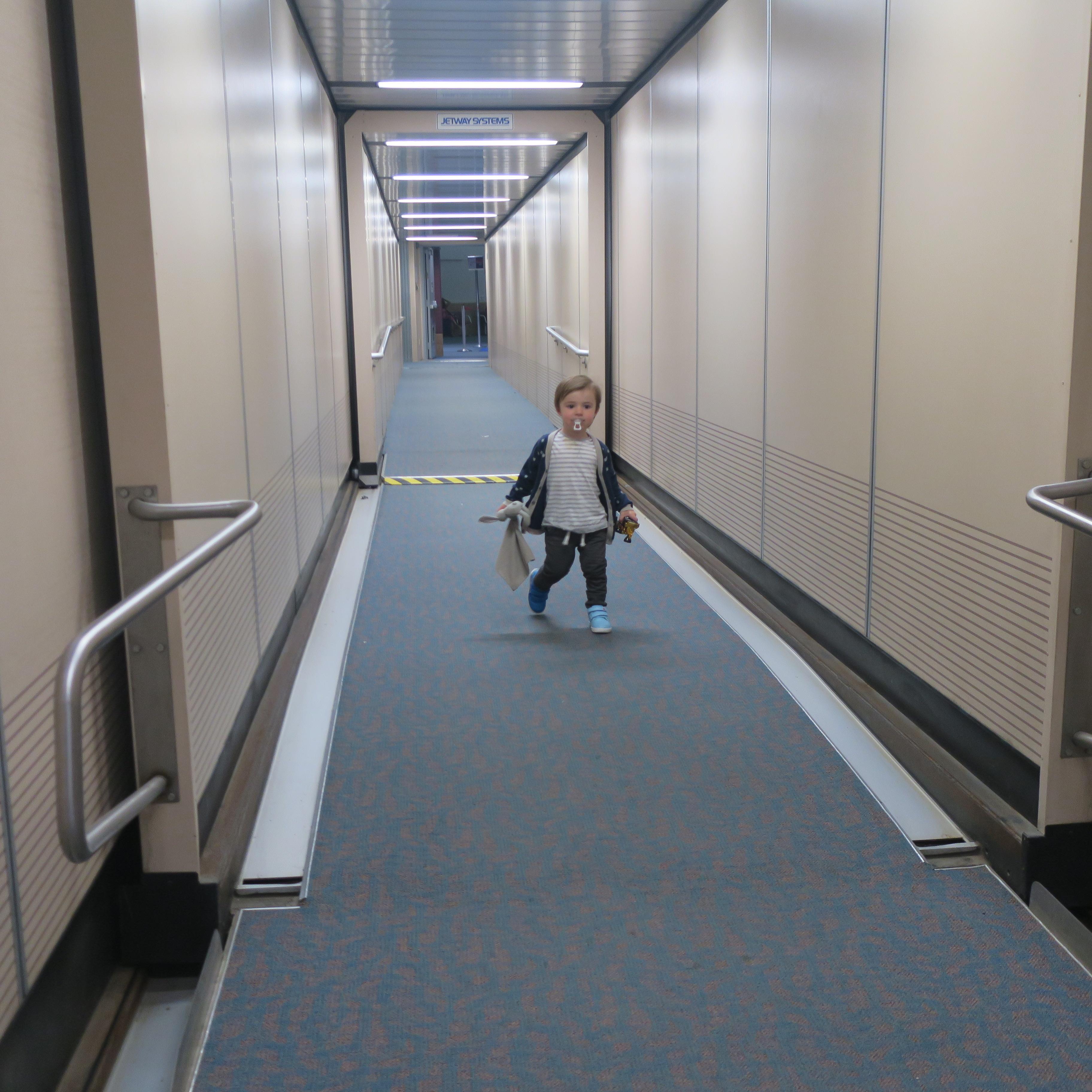 voyager avec un enfant aéroport couloir avion