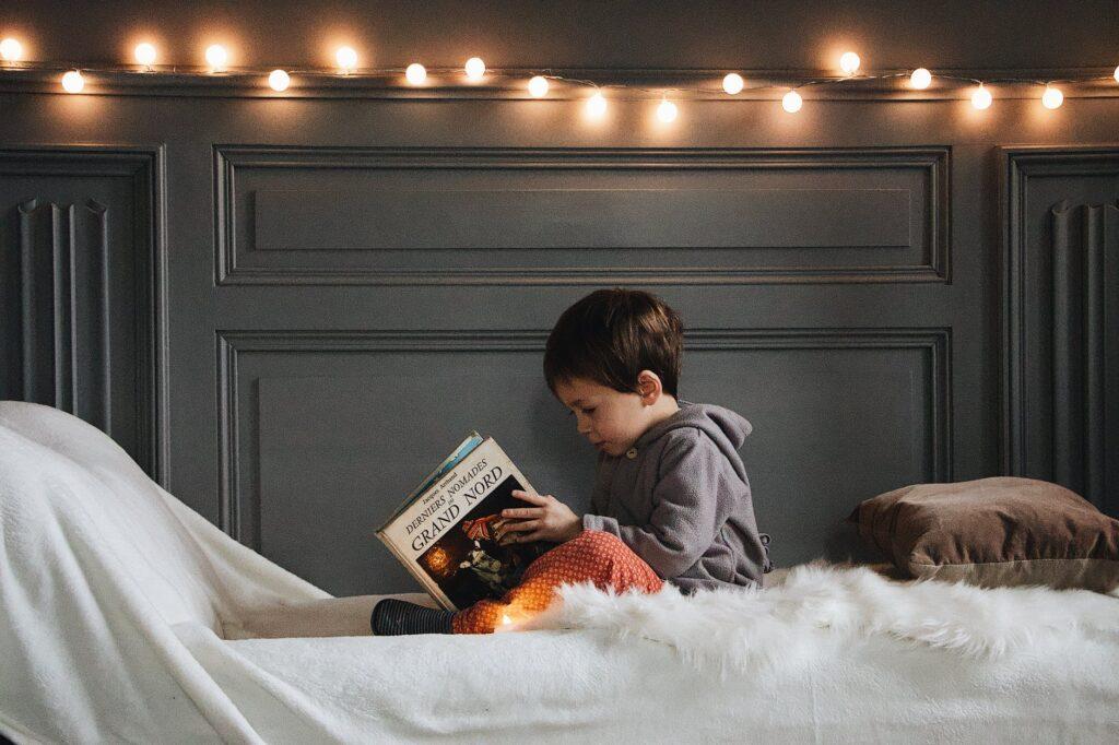 enfant qui lit dans son lit